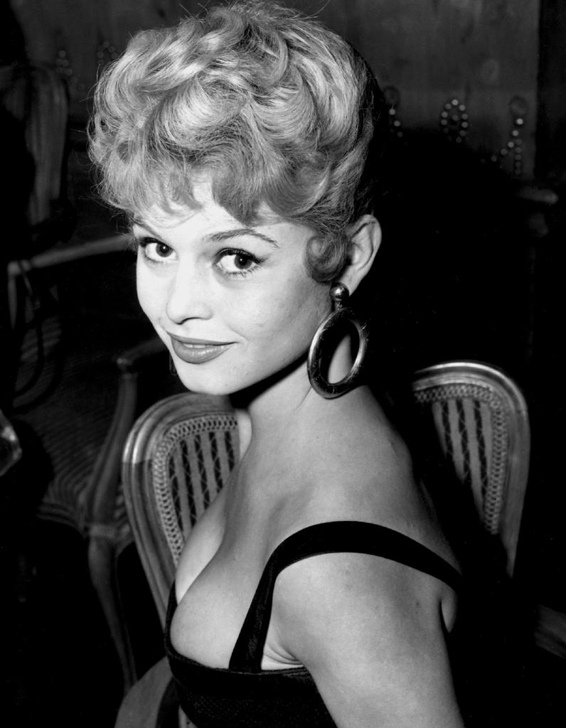 Le chignon rétro de Brigitte Bardot en 1951 - Brigitte Bardot : retour sur 20 coiffures ...