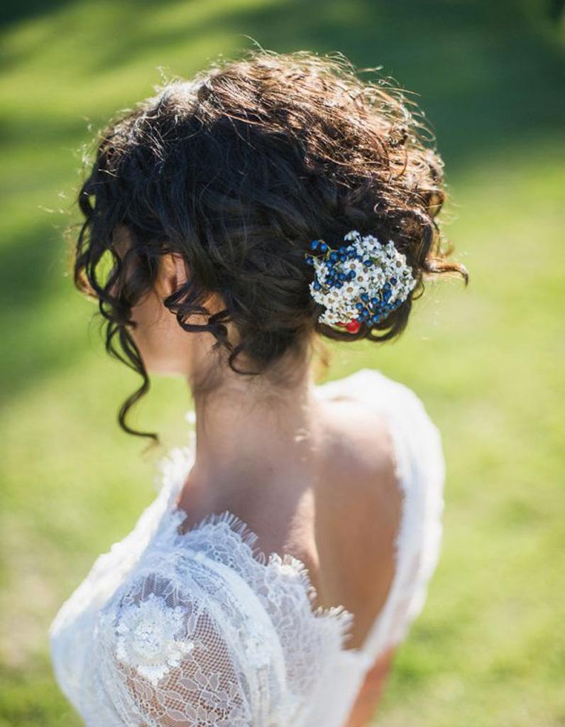 Coiffure cheveux frisés mariage , Cheveux frisés  nos plus jolies idées  pour les coiffer , Elle