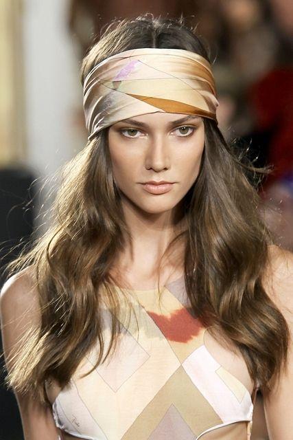 Coiffure avec foulard boh me coiffure avec un foulard 20 id es pour s inspirer elle - Foulard pour cheveux tendance ...