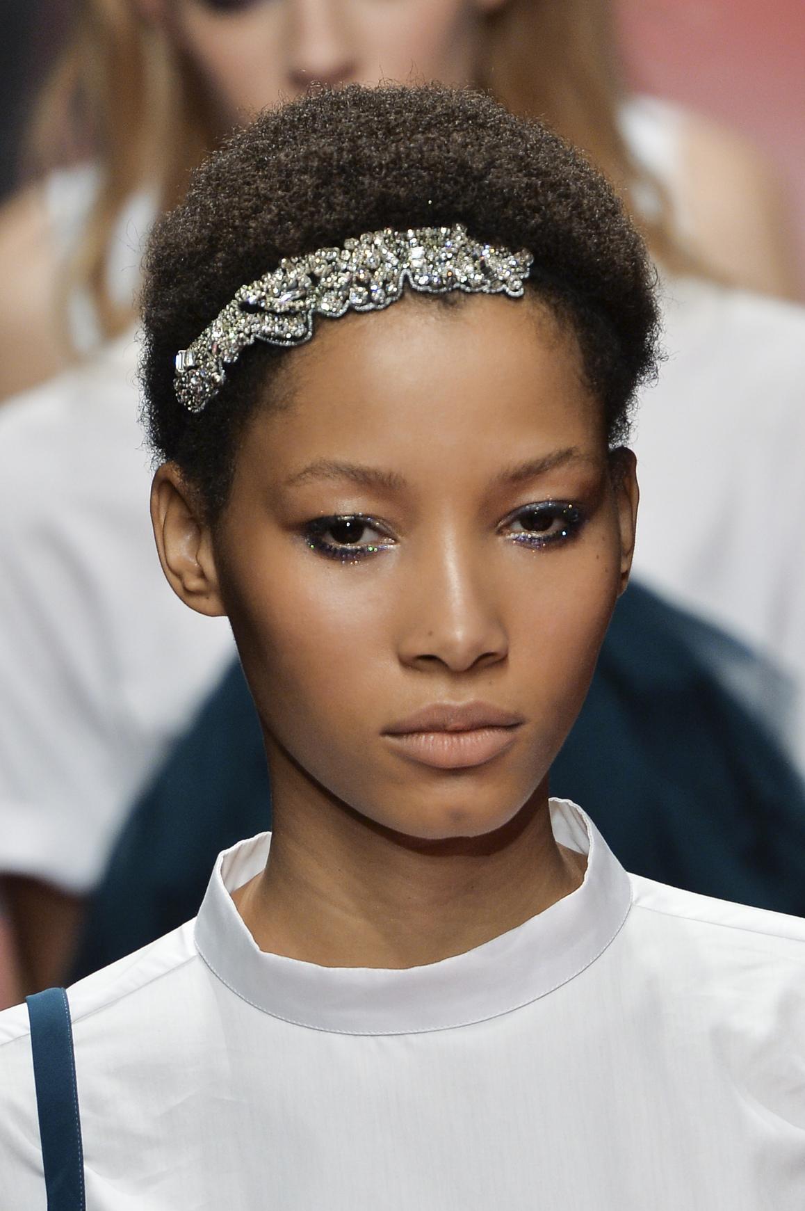 Coiffure diadème cheveux afro , Et si on osait la coiffure avec un diadème  ? , Elle