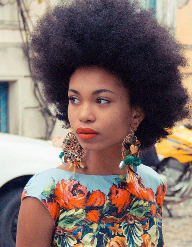 cheveux afro naturels printemps t 2015 coiffures afro les filles styl es donnent le ton elle. Black Bedroom Furniture Sets. Home Design Ideas