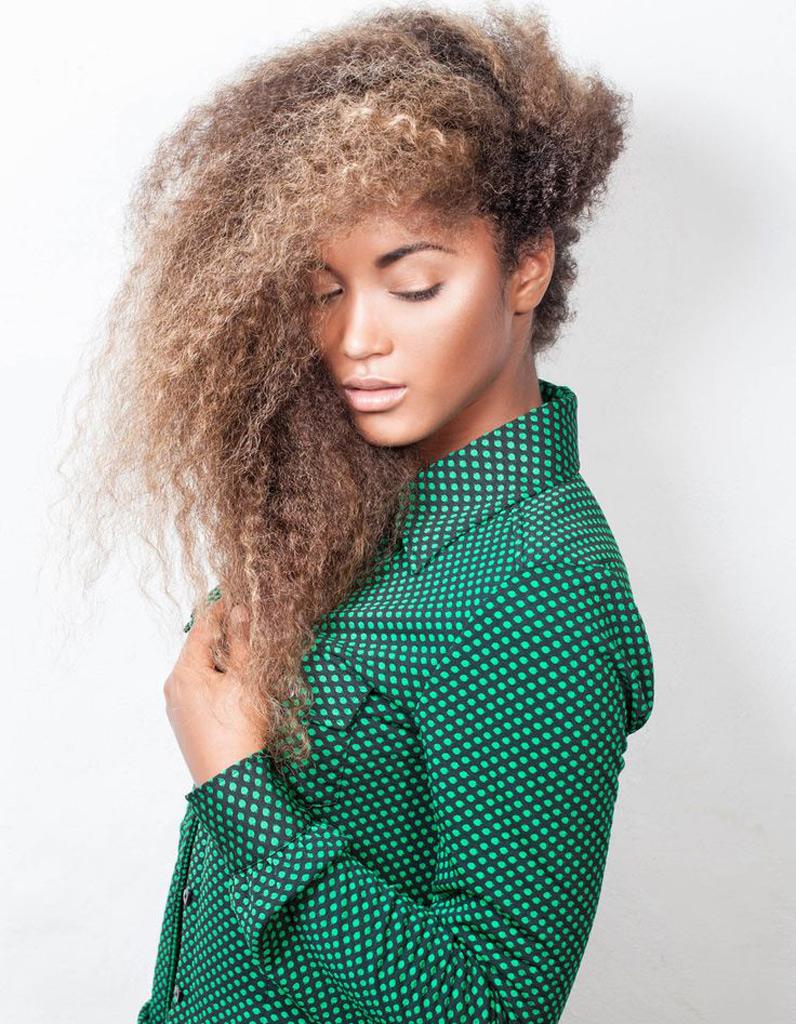 coiffure afro boucl hiver 2015 coiffures afro les filles styl es donnent le ton elle. Black Bedroom Furniture Sets. Home Design Ideas