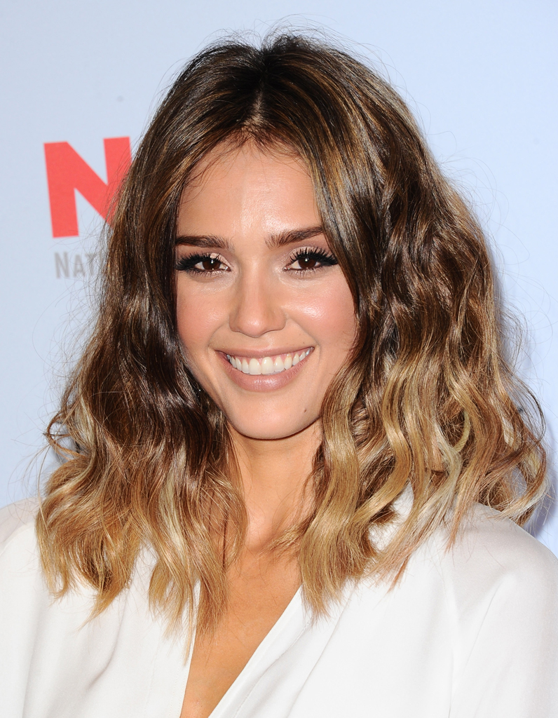 jessica alba et son tie dye ic nes cheveux les 20 stars qui nous inspirent elle. Black Bedroom Furniture Sets. Home Design Ideas