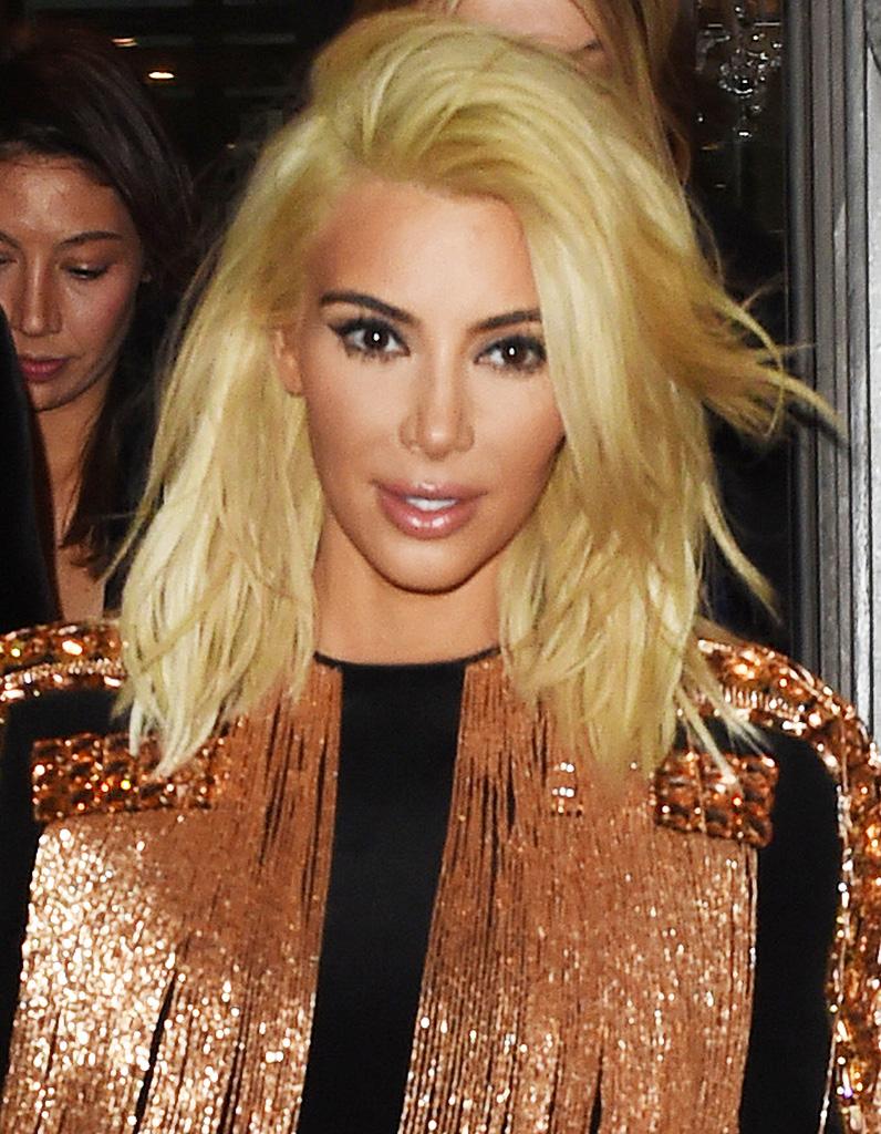 kim kardashian blonde avec un carr long en mars 2015 kim kardashian toutes ses coupes en. Black Bedroom Furniture Sets. Home Design Ideas