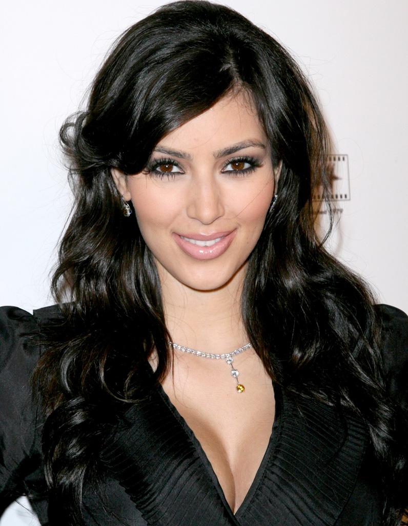 kim kardashian brune cheveux boucl s en d cembre 2007 kim kardashian toutes ses coupes en. Black Bedroom Furniture Sets. Home Design Ideas