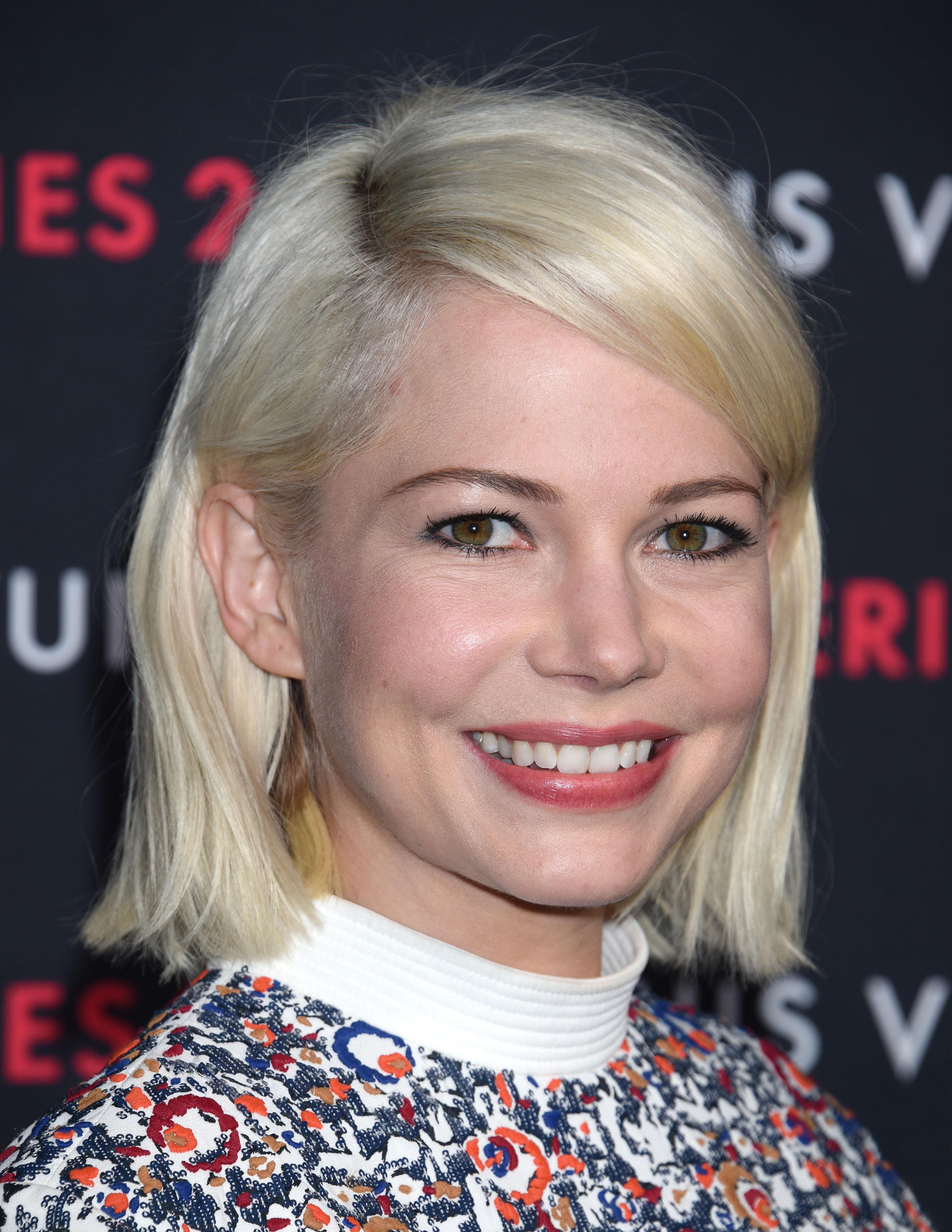 le blond platine de michelle williams 30 stars blondes qui illuminent le tapis rouge elle. Black Bedroom Furniture Sets. Home Design Ideas