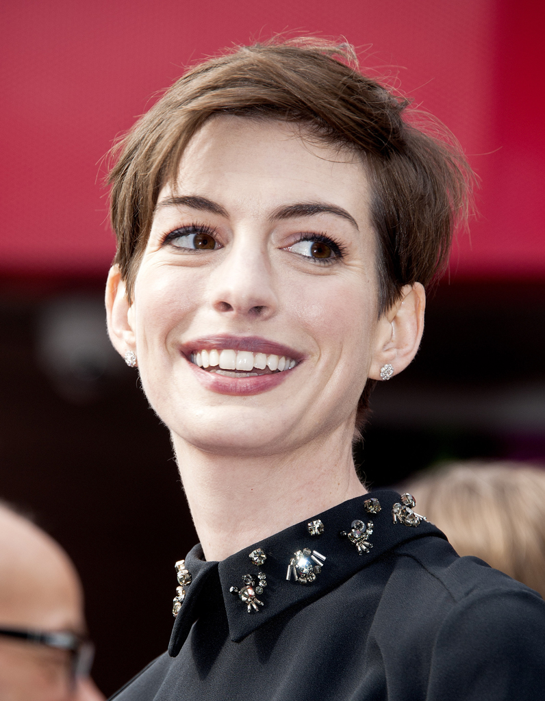 la coupe courte asym trique d anne hathaway coiffures ces stars qui ont os changer de t te. Black Bedroom Furniture Sets. Home Design Ideas