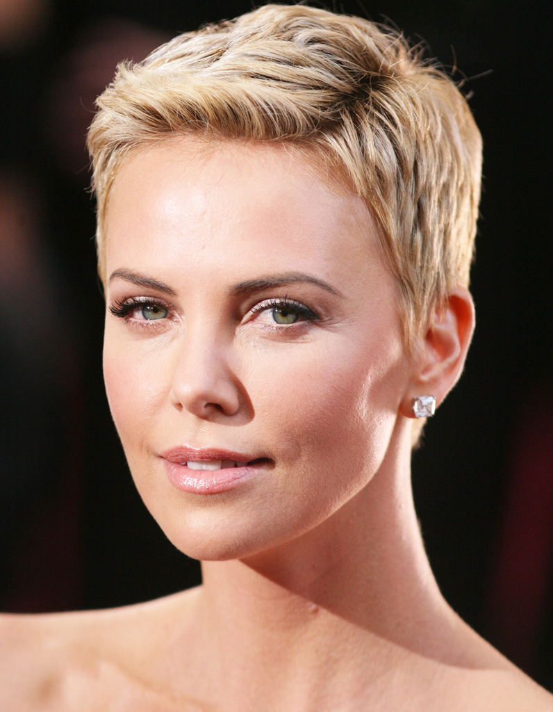 charlize theron avec une coupe pixie blonde coupe courte comment charlize theron g re la. Black Bedroom Furniture Sets. Home Design Ideas