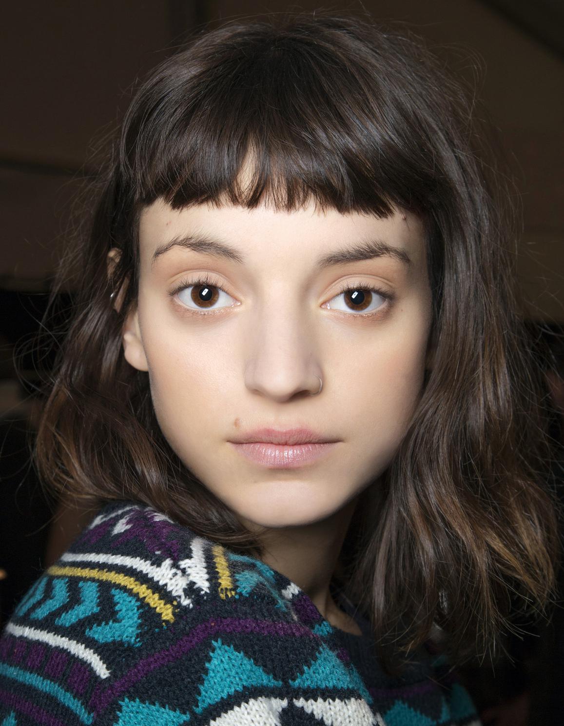 Frange courte cheveux mi-longs - 20 façons de porter la frange courte - Elle