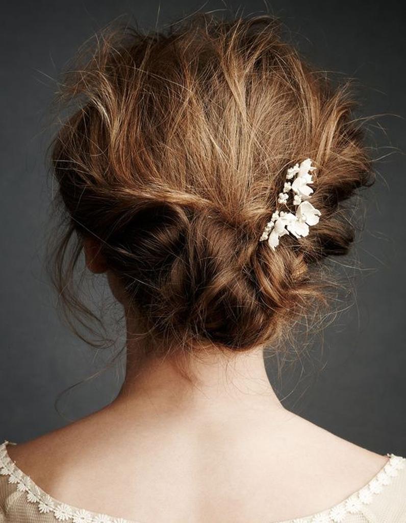 coiffure de mari e chignon flou et petites fleurs les. Black Bedroom Furniture Sets. Home Design Ideas