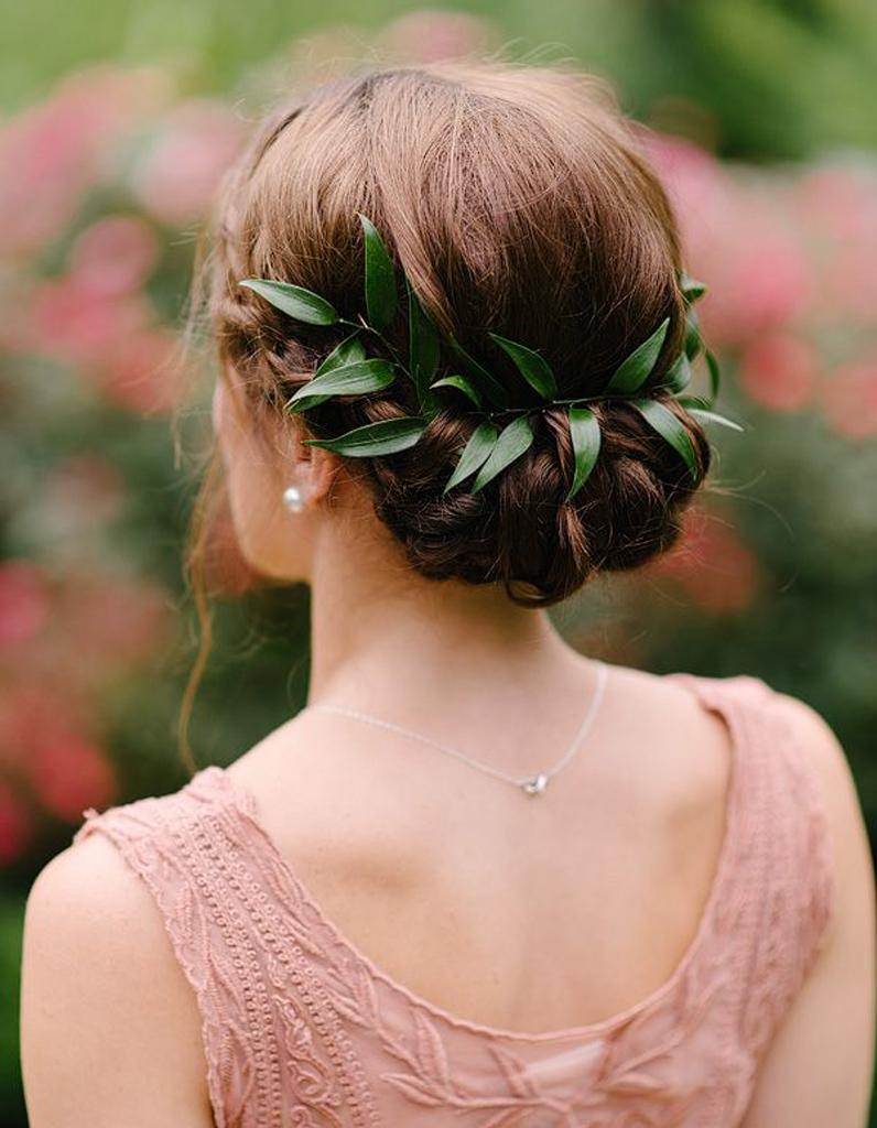 Coiffure de mariée Chignon orné de feuilles  Les plus