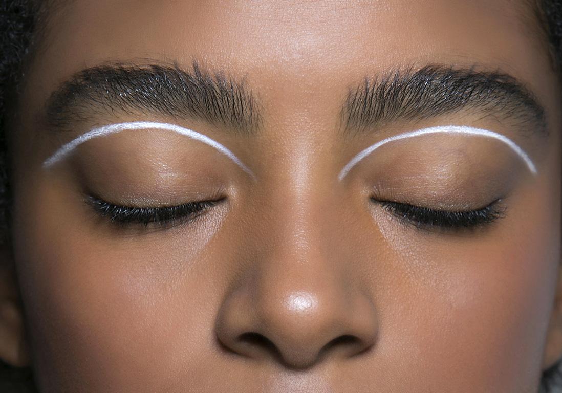 eye liner blanc sous le sourcil eye liner blanc 10 fa ons de porter la tendance hivernale elle. Black Bedroom Furniture Sets. Home Design Ideas