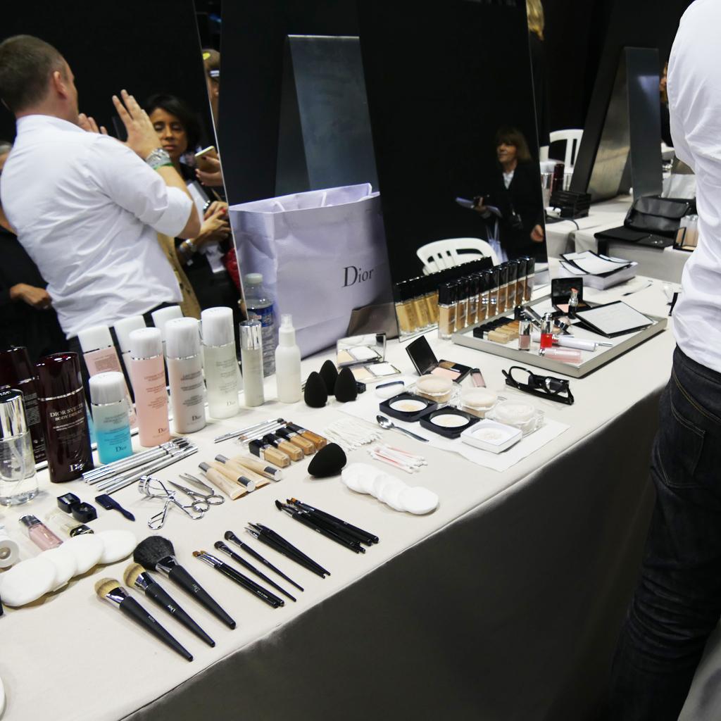 la table de maquillage de peter philips directeur de la. Black Bedroom Furniture Sets. Home Design Ideas