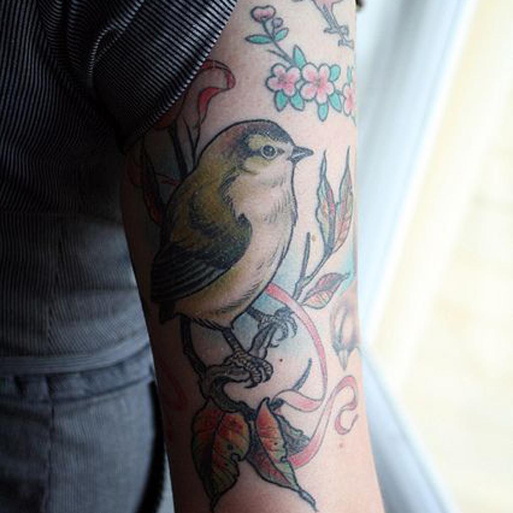 tatouage bras oiseau un tatouage sur le bras nos jolies id es pour sauter le pas elle. Black Bedroom Furniture Sets. Home Design Ideas