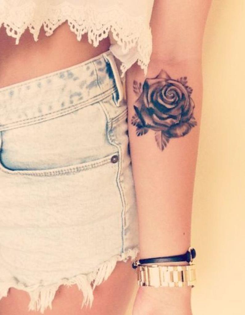 tatouage bras rose un tatouage sur le bras nos jolies. Black Bedroom Furniture Sets. Home Design Ideas