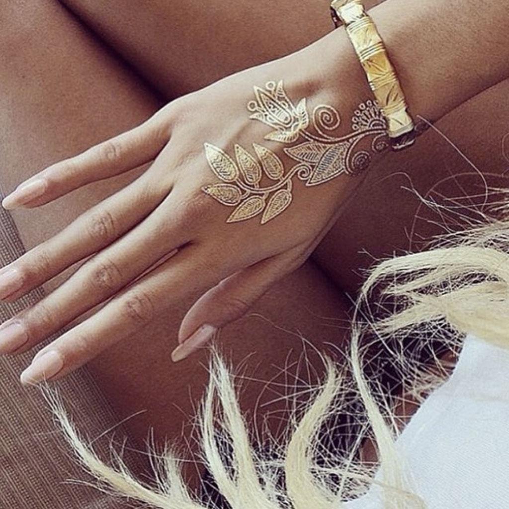 tatouage dor main 24 tatouages dor s pour une peau illumin e elle. Black Bedroom Furniture Sets. Home Design Ideas