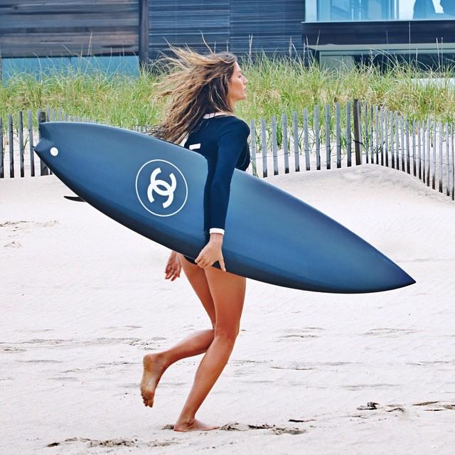 plus de 150 000 likes pour gisele b ndchen et sa planche de surf chanel elle. Black Bedroom Furniture Sets. Home Design Ideas