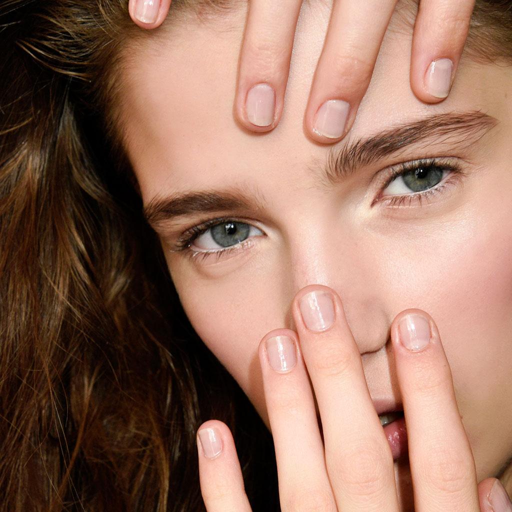 Ongles striés  traitements pour les ongles striés verticalement ou dans la  longueur. , Elle