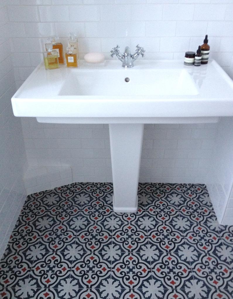 Une salle de bains sur mesure dans la salle de bains de - Salle de bain claire ...