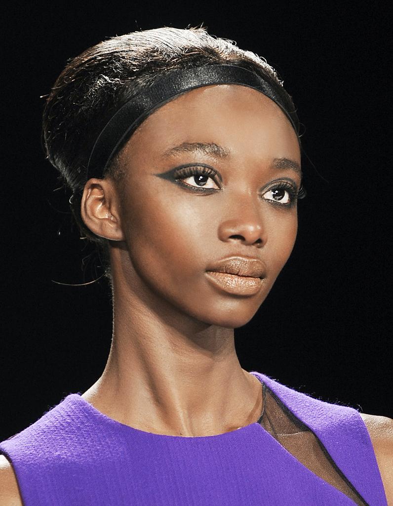 Chignon coqu avec headband cheveux cr pus et fris s 25 id es de coiffures piquer aux - Chignon avec headband ...