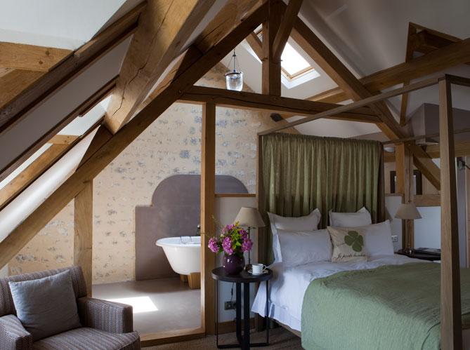 cr er une suite sous les toits elle d coration. Black Bedroom Furniture Sets. Home Design Ideas