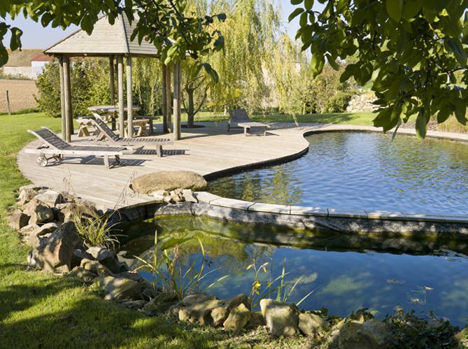 Piscines naturelles 12 bonnes raisons de plonger elle for Chauffer piscine naturelle