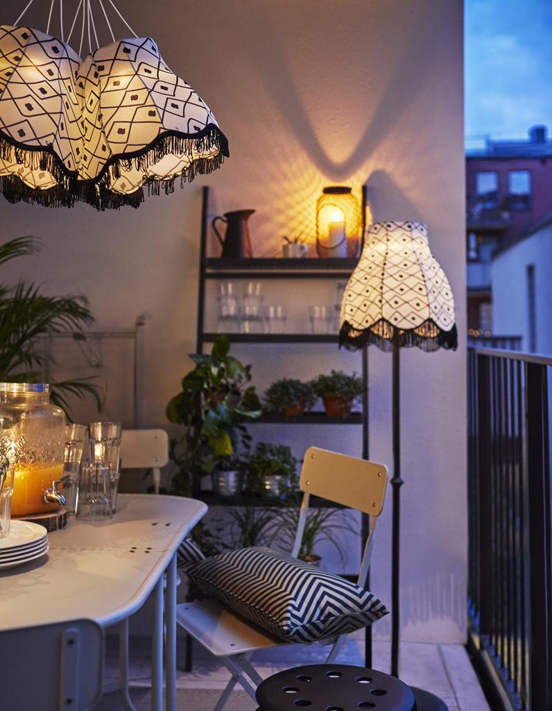 20 id es pour amenager un petit balcon elle d coration - Guirlande lumineuse exterieur leroy merlin ...