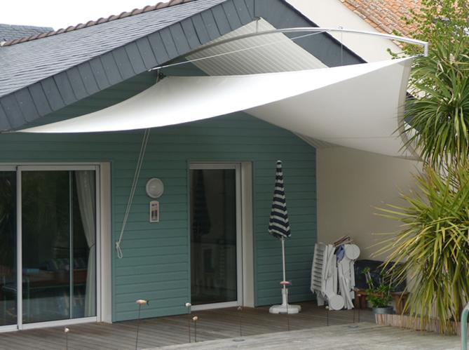 Les voiles d 39 ombrage mettent un coup de vieux aux traditionnels parasols elle d coration - Toile pour terras exterieur ...