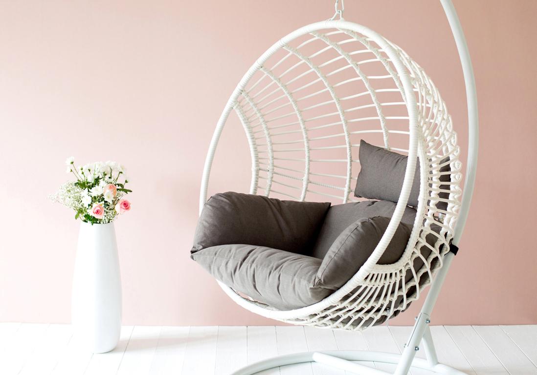 fauteuil suspendu l 39 assise incontournable du moment elle d coration. Black Bedroom Furniture Sets. Home Design Ideas
