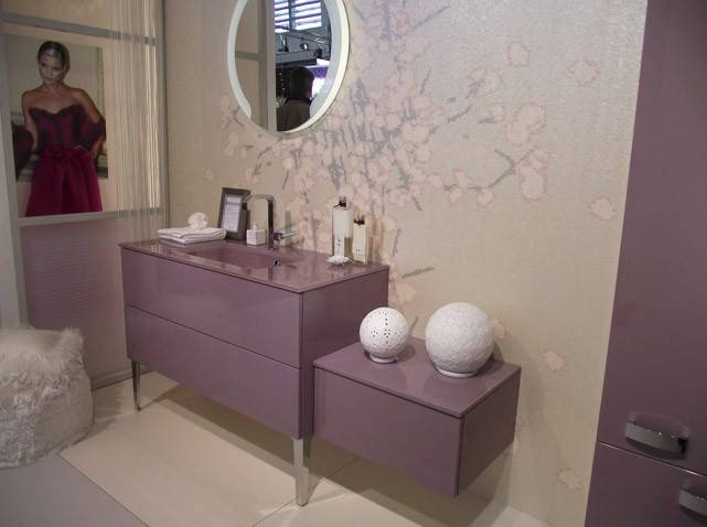 Les couleurs s invitent dans la salle de bains elle - Decoration salle de bain rose et gris ...