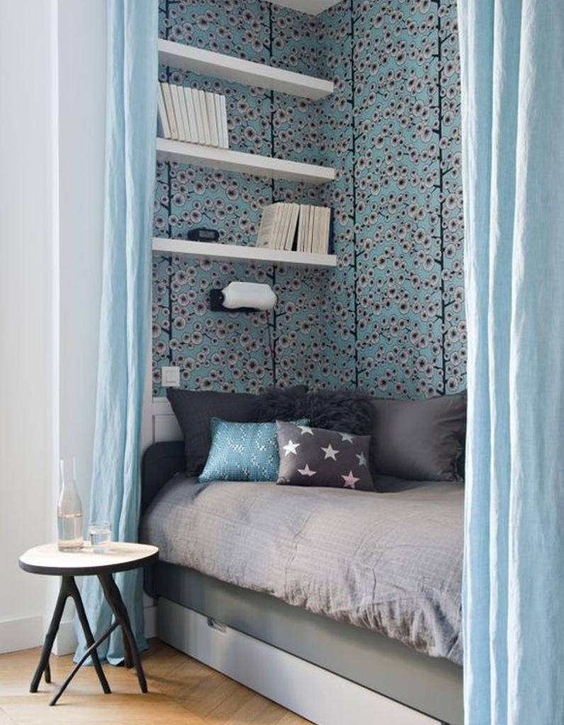 Des rideaux bleus pour d limiter un coin canap lit dans le salon inspirati - Cacher un lit dans un salon ...