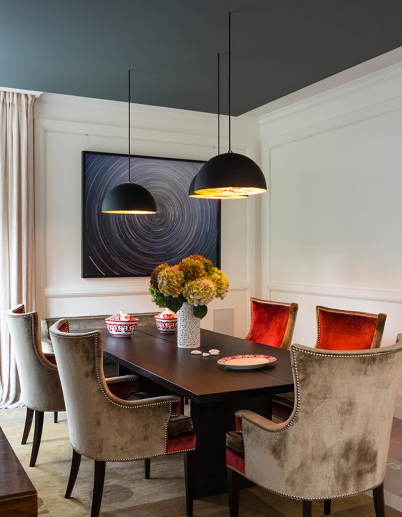 Un plafond bleu fonc pour une salle manger l gante for Conseil pour peindre un plafond