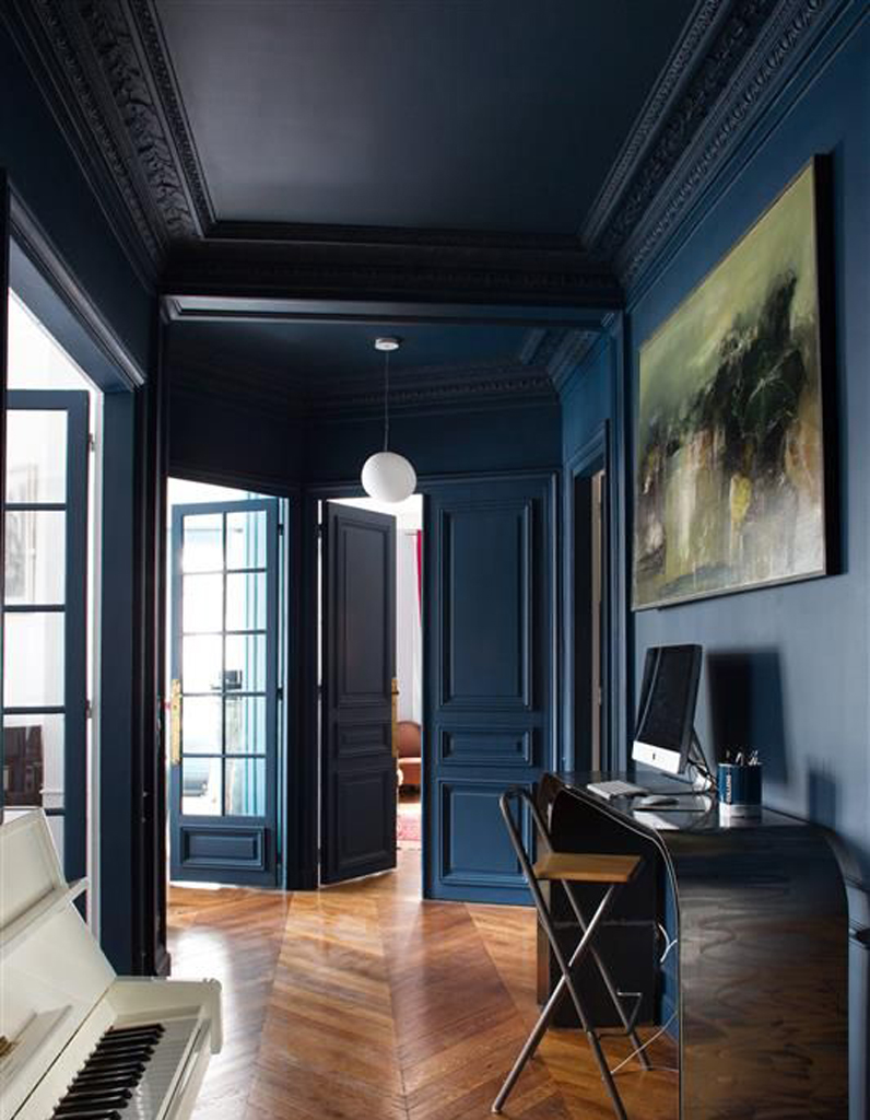 un plafond et des murs bleu nuit pour un couloir. Black Bedroom Furniture Sets. Home Design Ideas