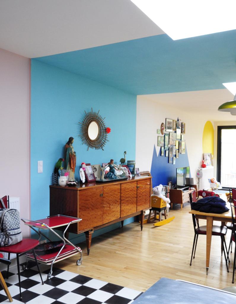 une bande bleue du sol au plafond pour rythmer une grande pi ce un plafond en couleur pour. Black Bedroom Furniture Sets. Home Design Ideas