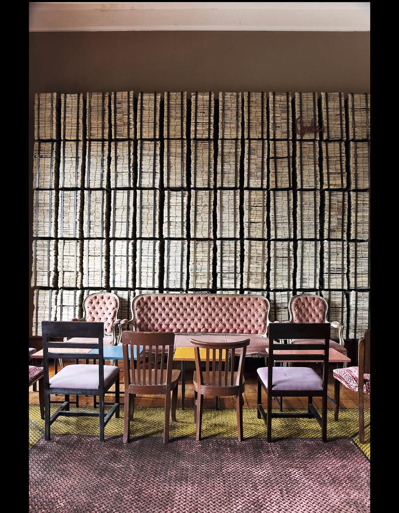 papier peint journal noir et blanc dco de mur avec papier peint journal et salon de design with. Black Bedroom Furniture Sets. Home Design Ideas