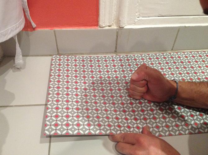 Changer le sol de sa cuisine en 1 heure elle d coration - Revetement de sol dalles adhesives ...