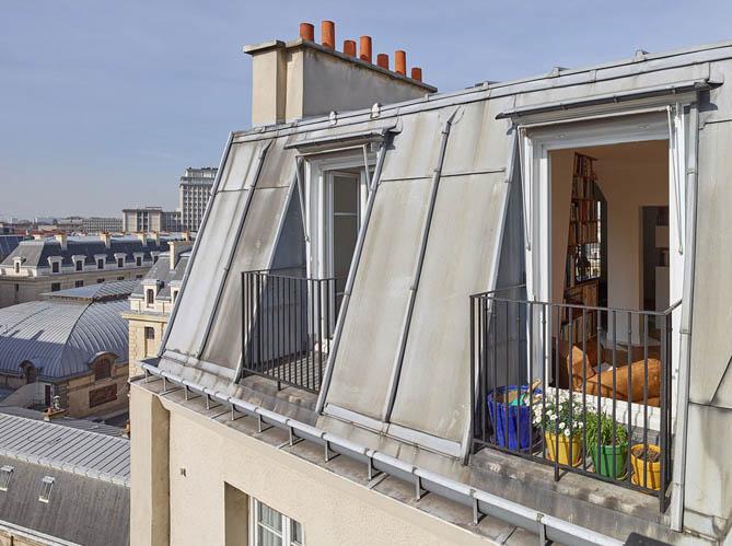 un appartement insolite sous les toits de paris elle. Black Bedroom Furniture Sets. Home Design Ideas