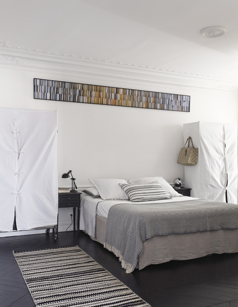 Visite un appartement haussmannien relook en noir et for Appartement elle deco