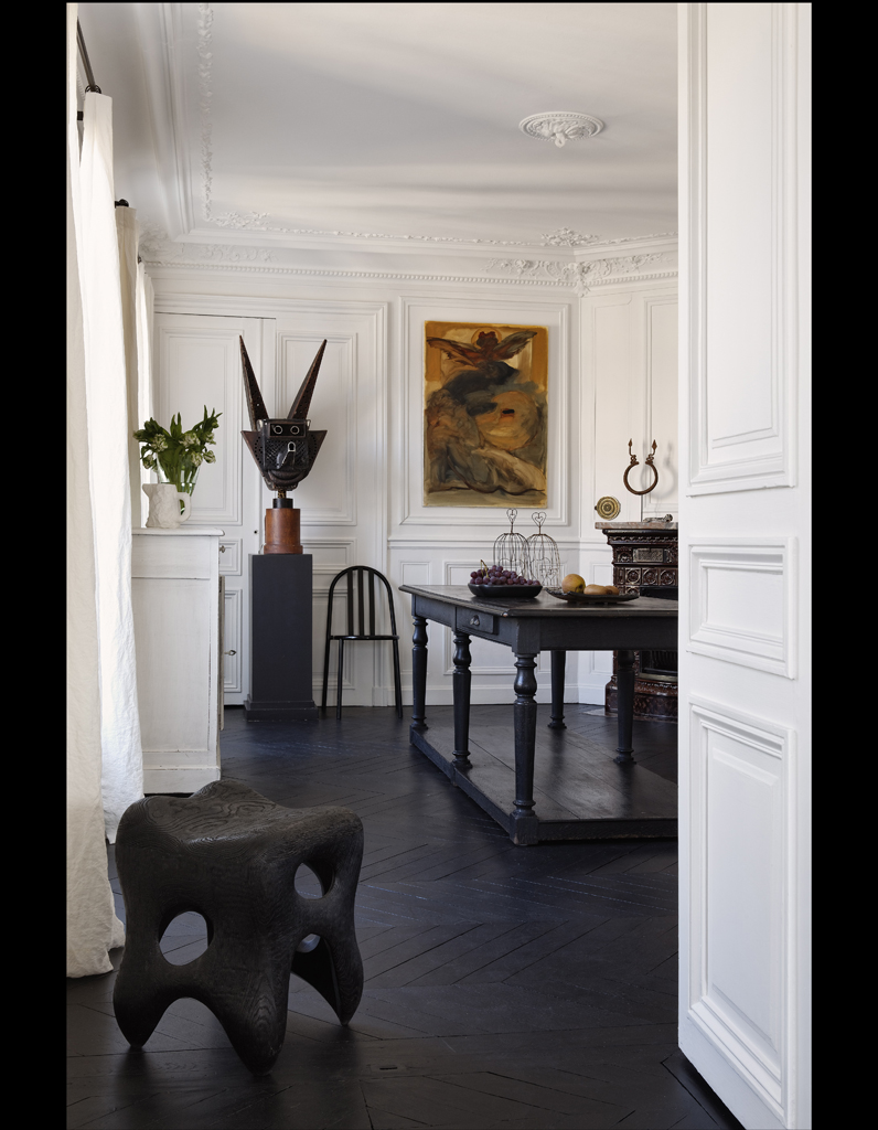 Visite un appartement haussmannien relook en noir et for Appartement design var