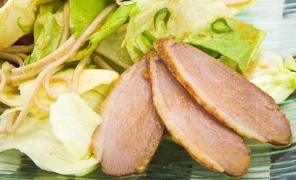 Aiguillettes de canard au chou vert recettes elle table - Comment cuisiner aiguillettes canard ...