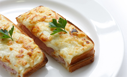 croque monsieur la b chamel pour 2 personnes recettes elle table. Black Bedroom Furniture Sets. Home Design Ideas