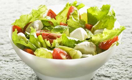 salade de tomates la mozzarella pour 4 personnes recettes elle table. Black Bedroom Furniture Sets. Home Design Ideas