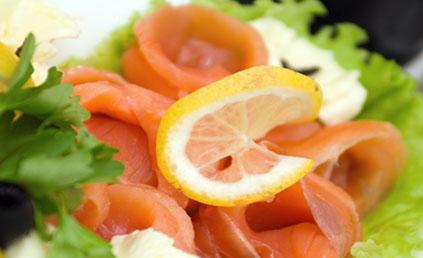saumon fum en salade pour 4 personnes recettes elle table. Black Bedroom Furniture Sets. Home Design Ideas