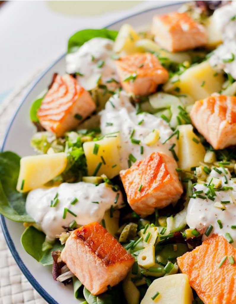 salade healthy salade de poisson 11 salades l g res et color es pour tre en forme tout l. Black Bedroom Furniture Sets. Home Design Ideas