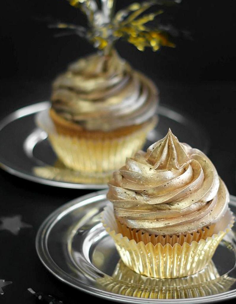 Cupcakes gla age or paillettes comment donner un air de f te ses plats elle table - Glacage pop cake ...