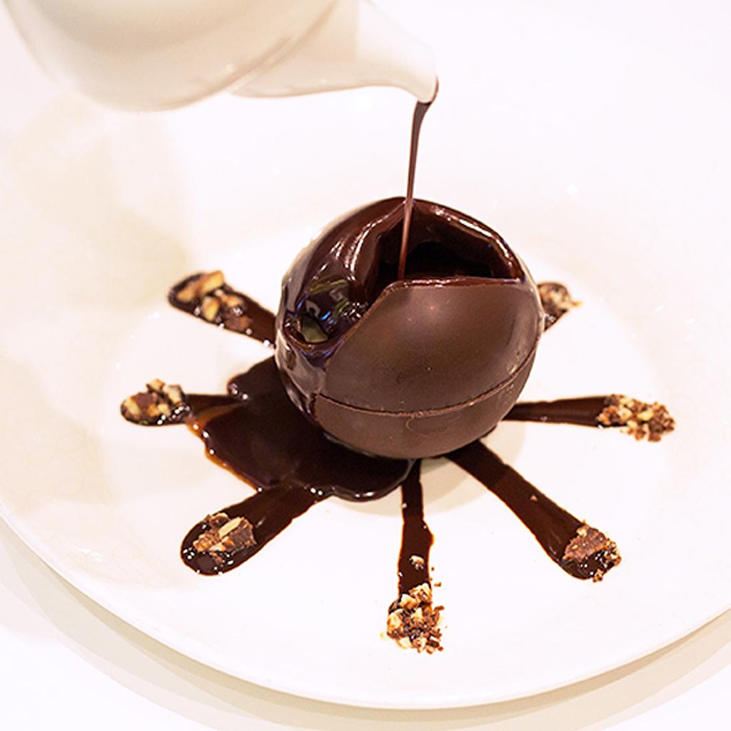 sph re en chocolat d couvrez la sph re en chocolat le dessert surprise du moment elle table. Black Bedroom Furniture Sets. Home Design Ideas