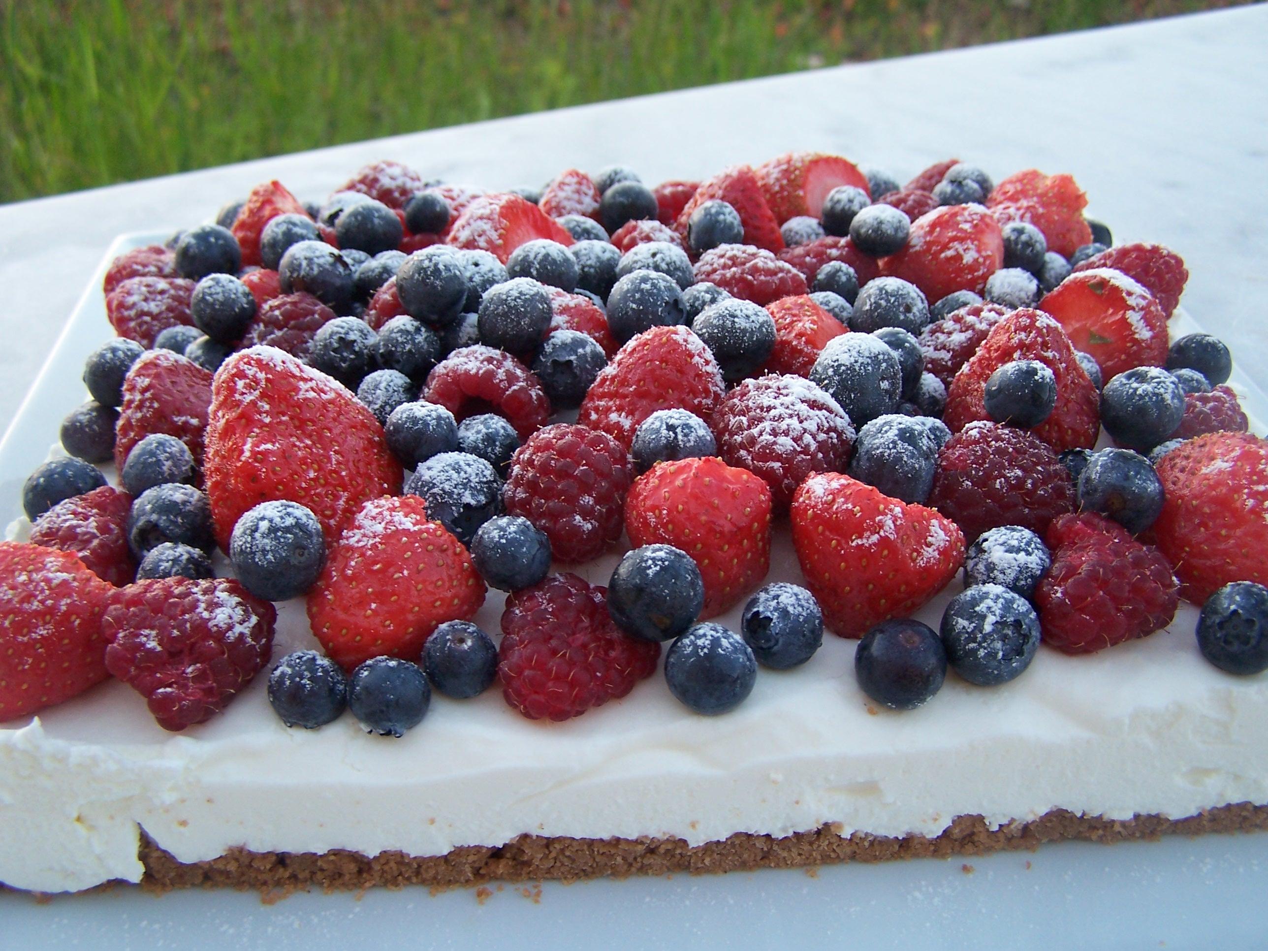 cheesecake au fromage blanc et fruits rouges pour 8 personnes recettes elle table. Black Bedroom Furniture Sets. Home Design Ideas