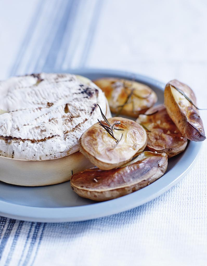 camembert au four et pommes souffl es pour 4 personnes. Black Bedroom Furniture Sets. Home Design Ideas