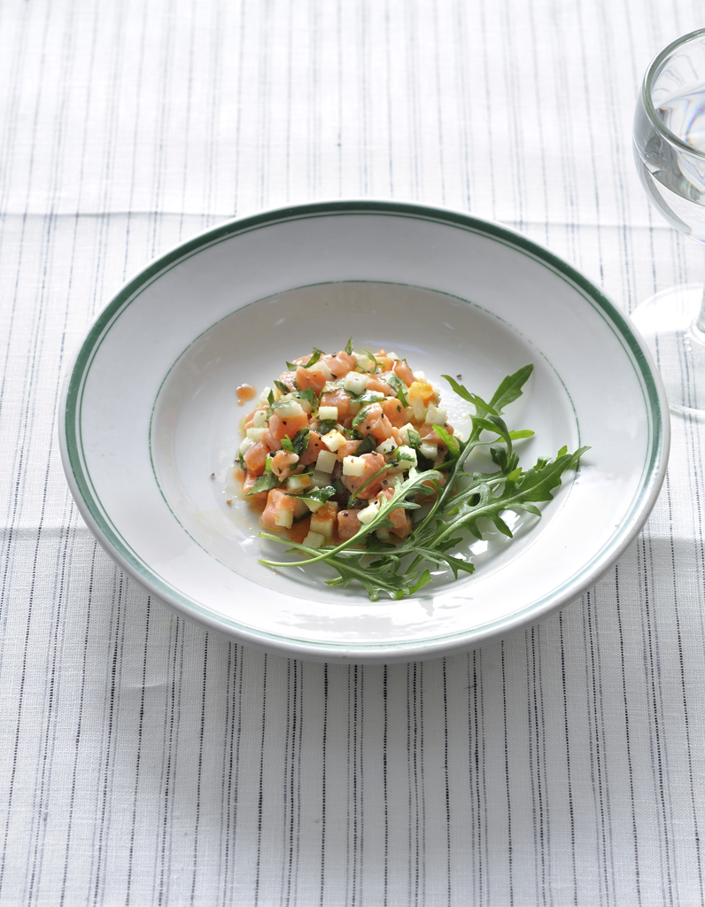 tartare saumon pomme coriandre pour 4 personnes recettes elle table. Black Bedroom Furniture Sets. Home Design Ideas