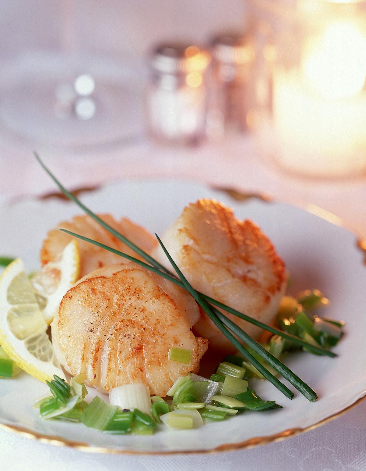 Noix de saint jacques et sa po l e de poireaux pour 4 personnes recettes elle table - Recette cuisine france 2 telematin ...